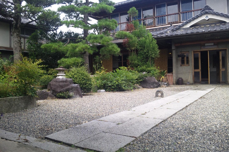 ゲストハウス藤原邸の前庭