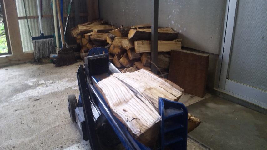 薪割り機で作業中