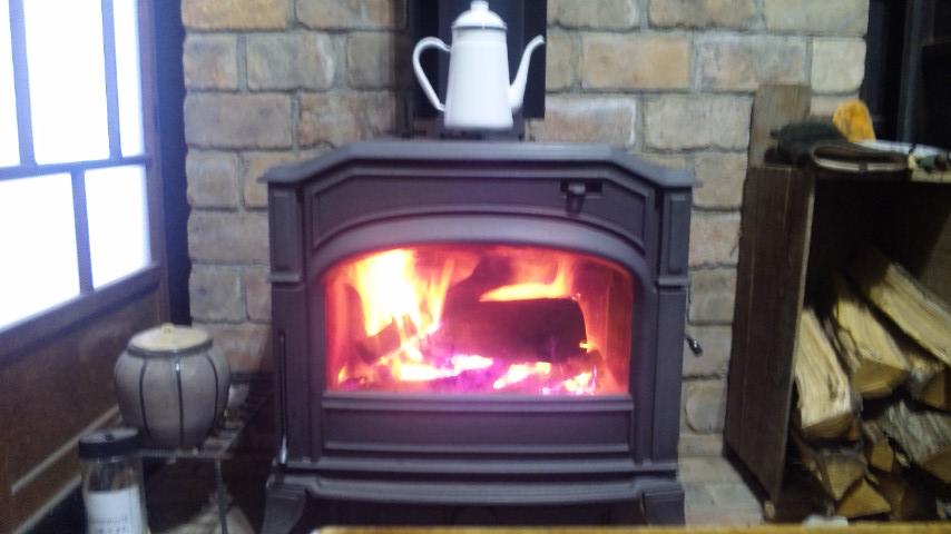 暖炉に火が入りました。2018