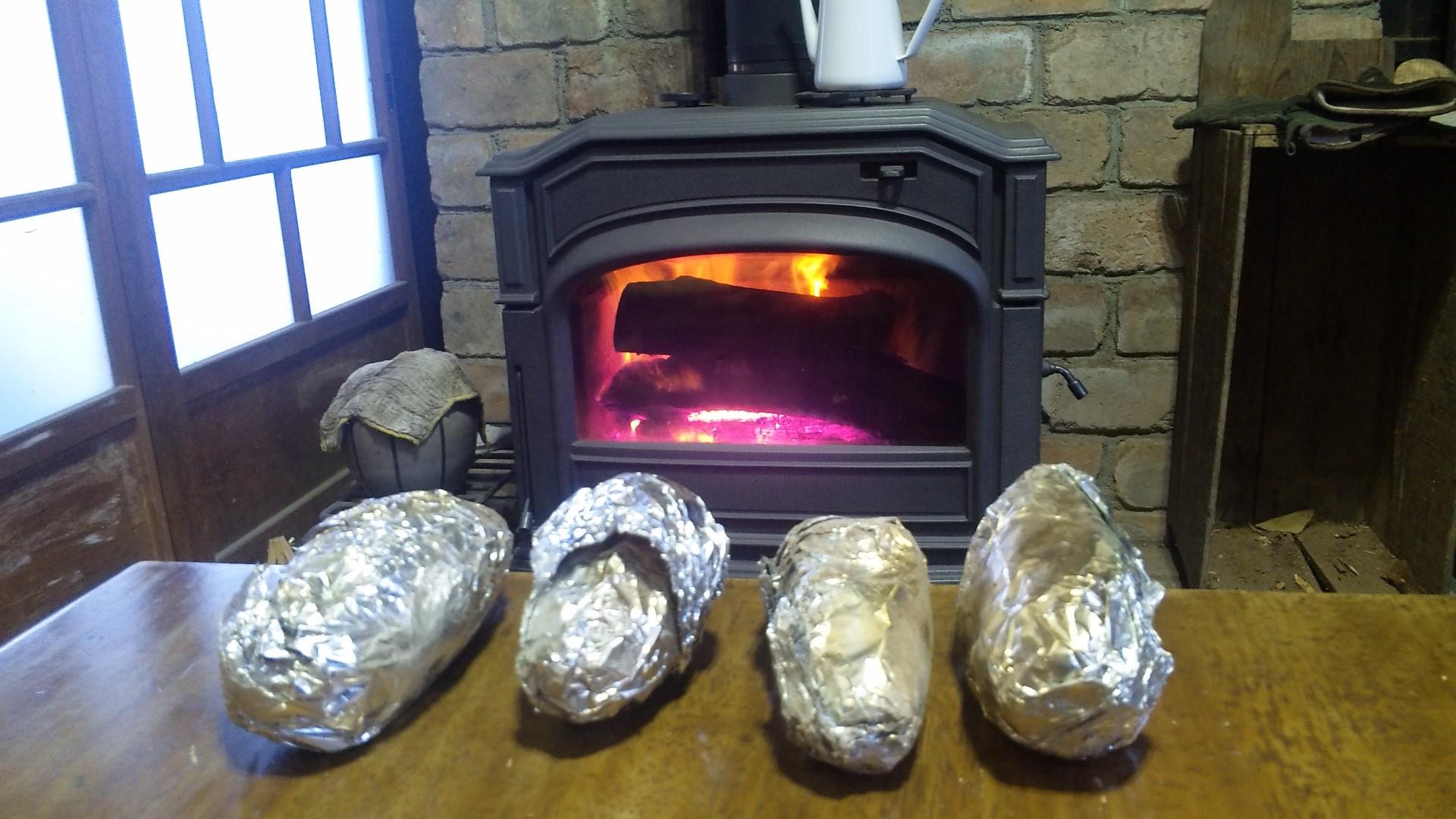 焼き芋と暖炉
