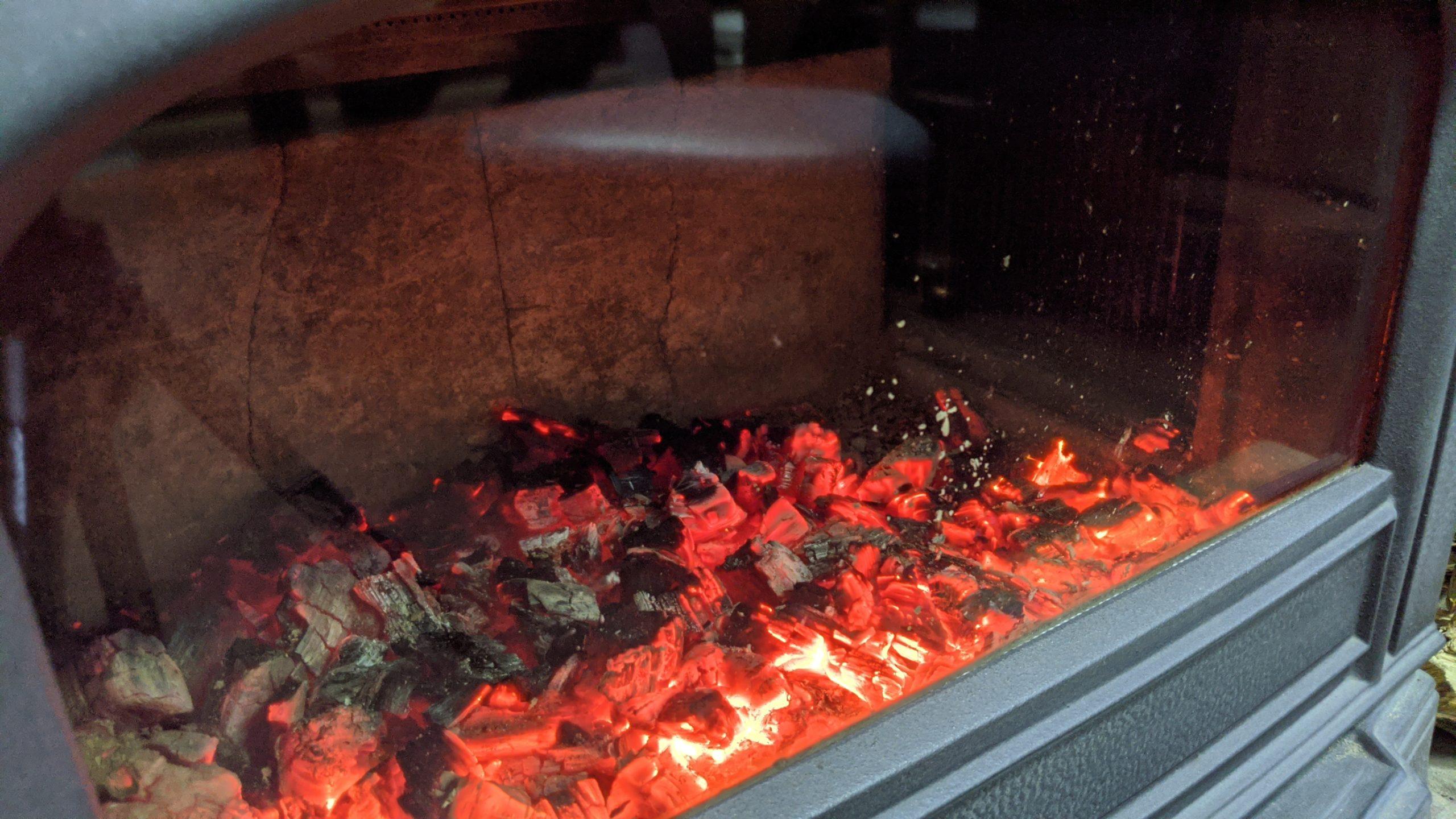 藤原邸の薪ストーブの火